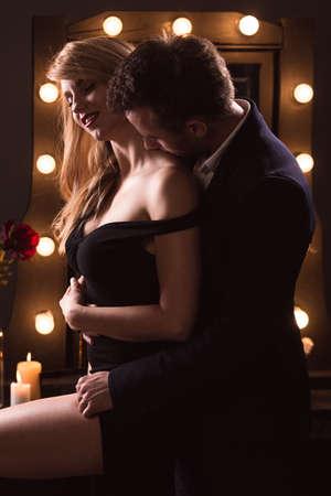Portret van een romantische paar knuffelen, verticale