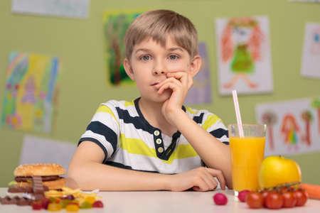 Petit garçon et le choix difficile pour la nourriture pour le déjeuner Banque d'images - 41795075