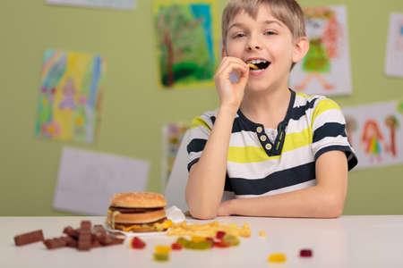 botanas: Cabrito alegre en la escuela de comer bocadillos poco saludables