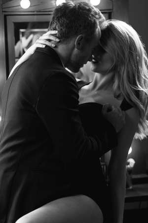 man and woman sex: Романтическая пара всеобъемлющ, касаясь и целуя со страстью Фото со стока