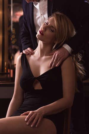 mujer desnuda sentada: Hombre elegante acariciando suavemente una mujer atractiva