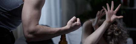 violencia intrafamiliar: Vista horizontal de violencia física en el matrimonio Foto de archivo