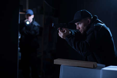 リスクのある操作で 2 人の警官のイメージ 写真素材