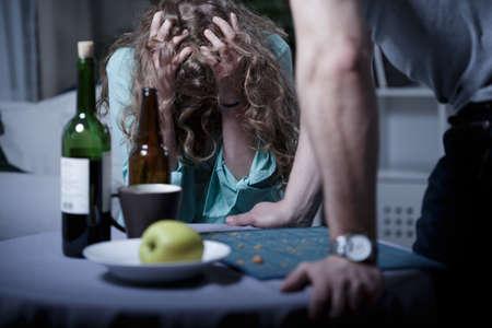 violencia intrafamiliar: Borracho marido agresivo y su esposa asustada