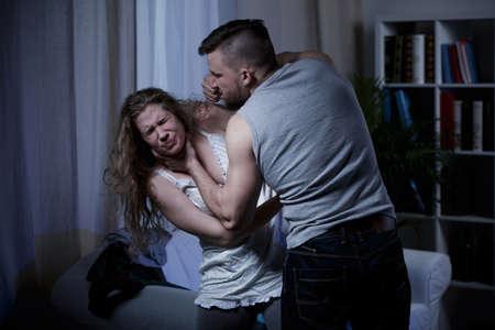 violencia: Latidos Marido y mujer asfixia durante argumento