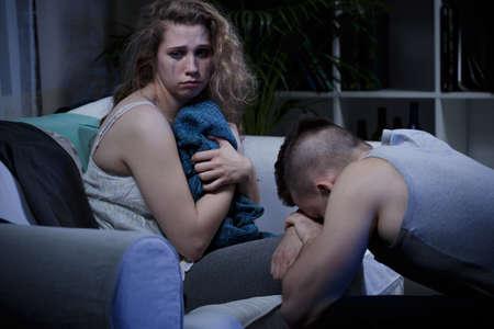 violencia intrafamiliar: V�ctima de violencia dom�stica despu�s de haber manchado maquillaje