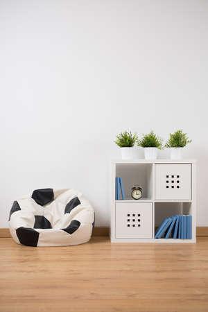Photo de l'espace d'étude moderne dans la chambre pour adolescent