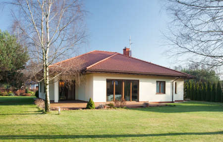 Voorgevel van losgemaakt huis op zonnige dag