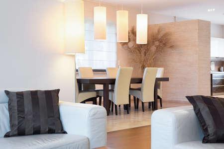 iluminacion: Primer plano de muebles de crema en el interior de lujo Foto de archivo