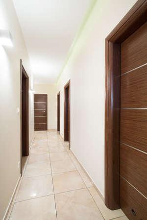 puerta: Primer plano de puertas de madera en el pasillo amarillento Foto de archivo