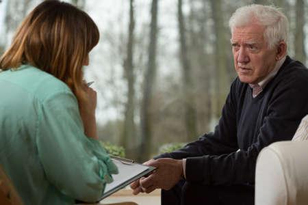 Image of young psychiatrist and her elder patient Stockfoto
