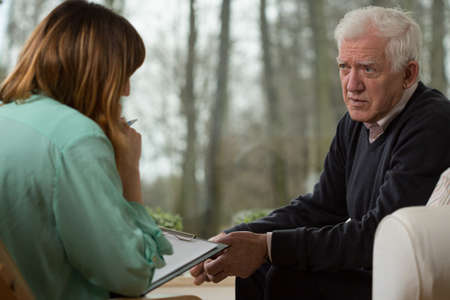 persona de la tercera edad: Imagen de la joven psiquiatra y su paciente anciano Foto de archivo