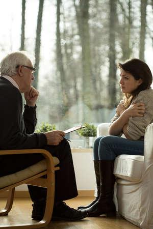 terapia psicologica: Mujer joven durante la visita a la oficina del psicoterapeuta
