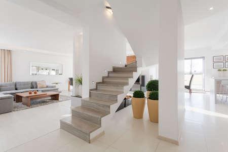 Minimalistisch interieur ruime huis met twee verdiepingen