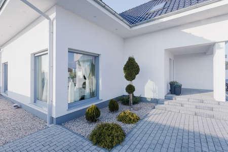 Buitenkant van de nieuw gebouwde moderne witte huis Stockfoto