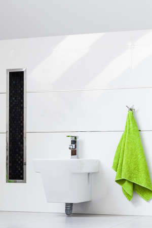 room accents: Bagno bianco con particolari lucidi sui muri Archivio Fotografico