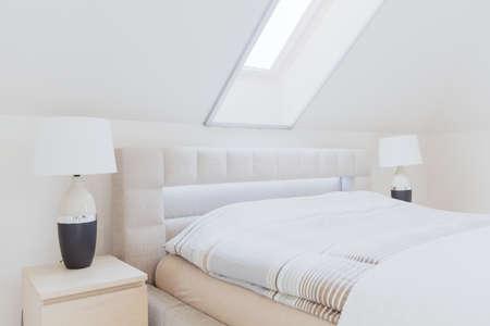 Gezellig lichte en luxe slaapkamer op de zolder Stockfoto