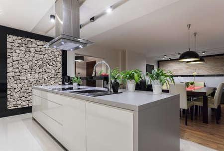 llave de agua: Cuadro de cocina diseñada con muro de piedra