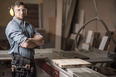 menuisier: Image de charpentier d'âge mûr dans l'atelier
