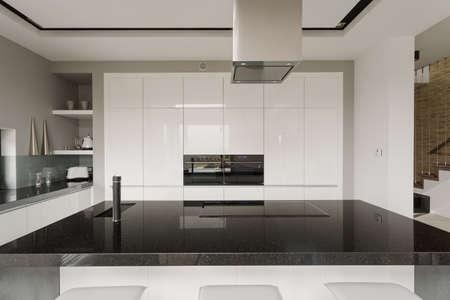 黒と白のキッチン インテリアの写真