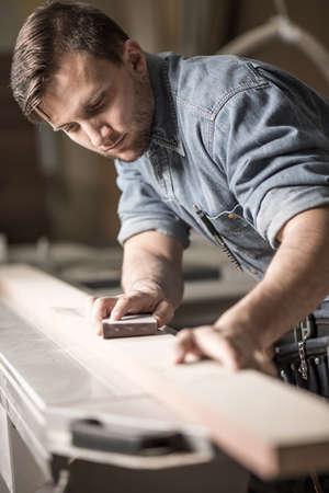 menuisier: Image de charpentier travaillant avec le plan Banque d'images