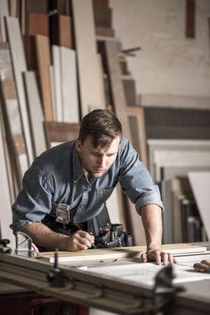 menuisier: Image de jeune ébéniste travaillant dans la menuiserie Banque d'images