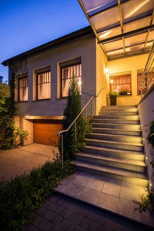 Beeld van de toegang tot moderne vrijstaande woning Stockfoto - 42093087