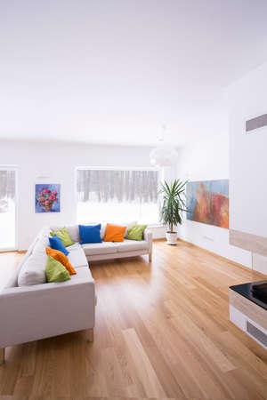 suelos: Sofá de la esquina crema en la moderna sala de estar