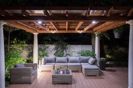 Beeld van prieel met comfortabele tuinmeubelen Stockfoto