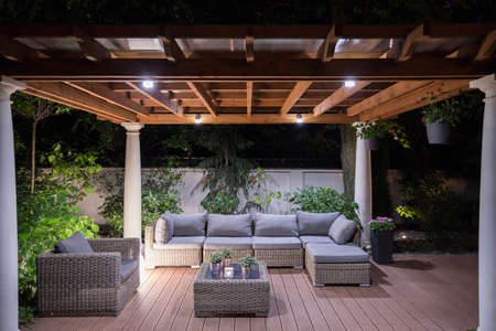 exteriores: Imagen del cenador con cómodos muebles de jardín