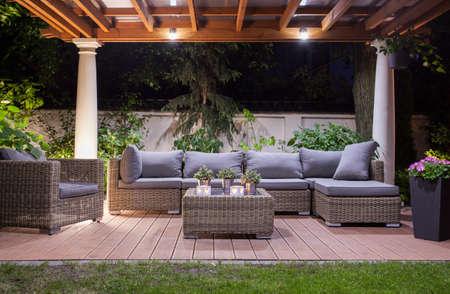 Horizontale mening van de moderne patio 's nachts