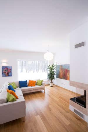 verticales: Luminoso salón interior con detalles de color Foto de archivo