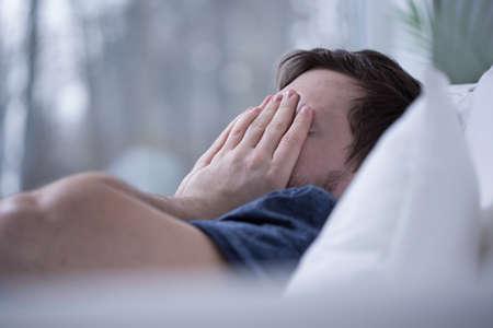 Homem que tem alguns distúrbios do sono como insônia Imagens
