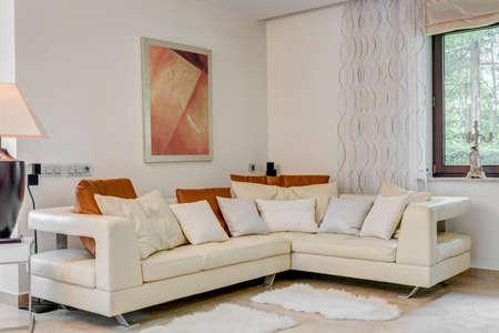 豪華なリビング ルームのクリーム コーナーソファ