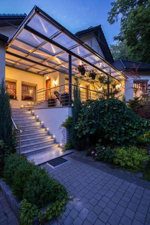 Vista vertical de la entrada a la residencia de lujo Foto de archivo - 42093453
