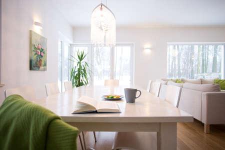iluminacion: Libro sobre la mesa en el acogedor salón interior