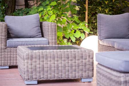 Mimbre sillón y mesa - muebles de jardín moderna Foto de archivo - 42093557