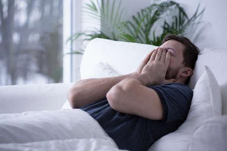 dormir: Persona que sufre de insomnio tratando de dormir un poco