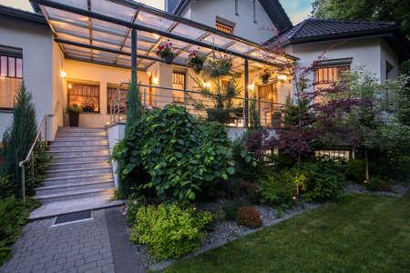 fachada: Casa de lujo con terraza y la belleza del jardín Foto de archivo