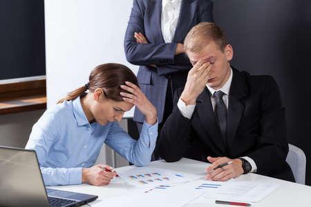 perdidas y ganancias: Vista horizontal de los empleados cansados ??durante el trabajo