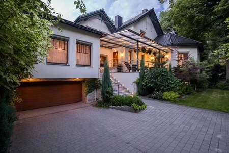 Buitenkant van luxe verblijf met gezellige terras