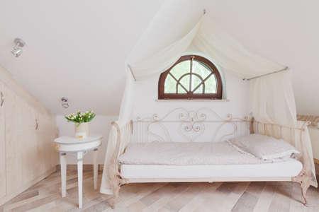 romantique: �l�gant lit � baldaquin dans la chambre romantique