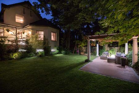 exteriores: Residencia de lujo con la belleza del patio - vistas por la noche Foto de archivo
