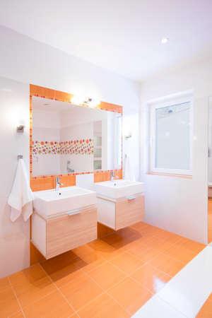 color in: Imagen del interior de baño de color naranja
