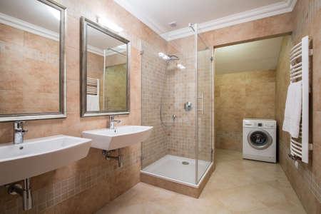 ベージュの浴室で洗濯機の画像
