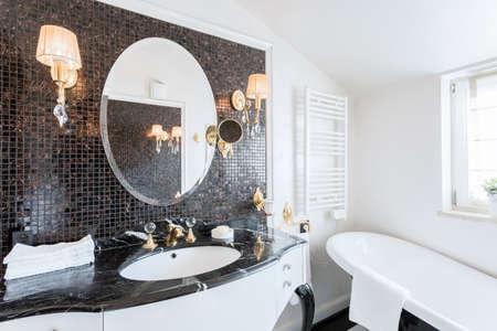 Salle de bains baroque de la belle résidence Banque d'images - 42093813