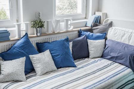 白と青の寝具セット ベッドの上 写真素材