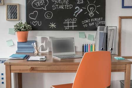 adolescente: Espacio de estudio creativo en la moderna sala de adolescentes