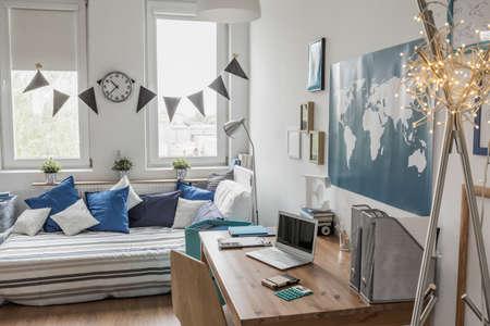 chambre � coucher: �l�gant salle blanche bleu moderne avec des d�tails Banque d'images