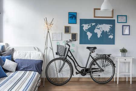 Foto van retro fiets in tiener slaapkamer Stockfoto